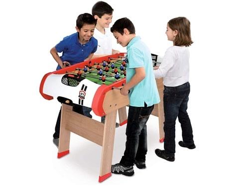 des enfants jouant sur un baby foot pour enfants